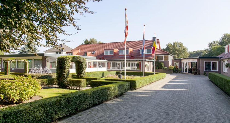 binnenplaats richting restaurant Zwembad seniorenhotel de Postelhoef
