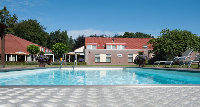 View vanuit zwembad Zwembad seniorenhotel de Postelhoef