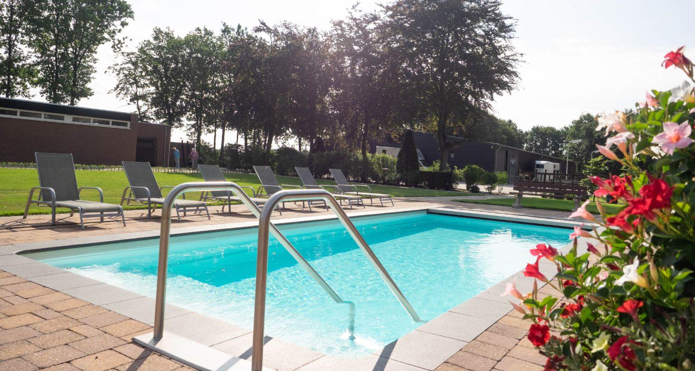 zwembad met achtertuin Zwembad seniorenhotel de Postelhoef