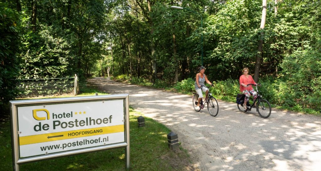 fietser Zwembad seniorenhotel de Postelhoef