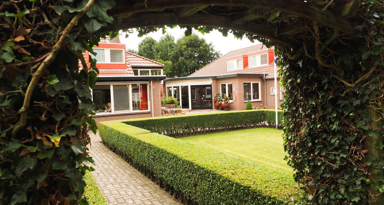 binnenplaats Zwembad seniorenhotel de Postelhoef
